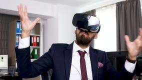 Gebaarde mens met een virtuele de werkelijkheidshoofdtelefoon van VR stock footage