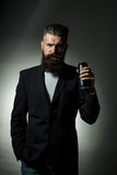 Gebaarde mens met het blik van het biertin Stock Foto's