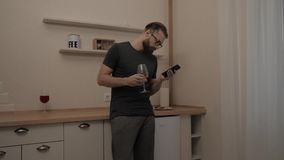 Gebaarde mens met smartphone en glas wijn stock videobeelden