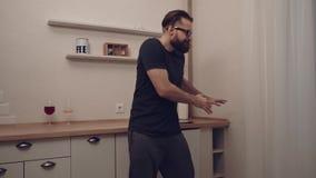 Gebaarde mens met smartphone het dansen stock footage