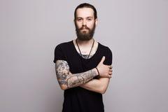 Gebaarde mens met tatoegering stock fotografie