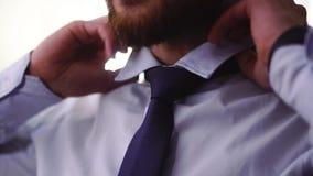 Gebaarde mensenhand die een band dicht verbinden Volwassen ernstige heer die voor belangrijke vergadering voorbereidingen treffen stock video