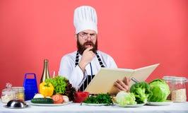 Gebaarde mensenkok in culinaire keuken, Het gezonde voedsel koken Het op dieet zijn en natuurvoeding, vitamine Wij verafschuwen g stock foto's