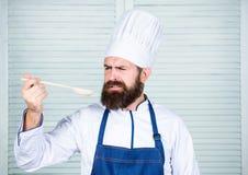 Gebaarde mensenkok in culinaire keuken, Het op dieet zijn en natuurvoeding, vitamine Chef-kokmens in hoed Geheim smaakrecept Gezo royalty-vrije stock foto