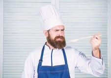 Gebaarde mensenkok in culinaire keuken, Het op dieet zijn en natuurvoeding, vitamine Chef-kokmens in hoed Geheim smaakrecept Gezo royalty-vrije stock fotografie
