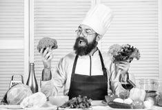 Gebaarde mensenkok in culinaire keuken, Het op dieet zijn en natuurvoeding, vitamine Chef-kokmens in hoed Geheim smaakrecept Gezo stock foto