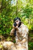 Gebaarde militair met een geweer in het hout Stock Afbeelding