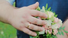 Gebaarde vette bruidegom in het park op een zonnige dag stock video