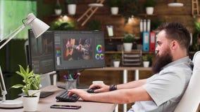Gebaarde video en correcte redacteur die aan creatief project werken stock footage