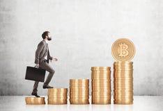 Gebaarde zakenman die stapels bitcoins beklimmen stock foto's