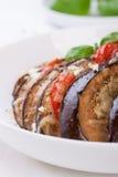 Gebackene Aubergine mit Tomaten, Käse und italienischen Kräutern Stockfotos