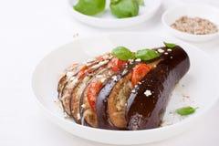 Gebackene Aubergine mit Tomaten, Käse und italienischen Kräutern Lizenzfreie Stockfotografie