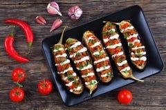 Gebackene Auberginen angefüllt mit Quinoa, Draufsicht stockfoto