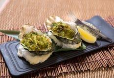 Gebackene Austern mit Zitrone Stockfotos
