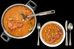 Gebackene Bohnen mit den geräucherten Schweinefleisch-Rippen das Abendessen gedient lokalisiert auf schwarzem Hintergrund Lizenzfreie Stockfotos