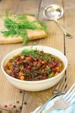Gebackene Bohnen mit Gemüse auf hölzerner rustikaler Tabelle Lizenzfreies Stockfoto
