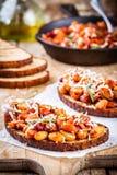 Gebackene Bohnen mit Rosmarin und Parmesankäse auf Toast Lizenzfreies Stockfoto