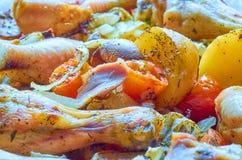 Gebackene Brathähnchenbeine mit verschiedenem Gemüse stockfotos