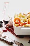 Gebackene Conchiglioni-Teigwaren mit srimps, Käse und Sahnesauce Stockfotos