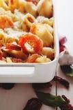 Gebackene Conchiglioni-Teigwaren mit srimps, Käse und Sahnesauce Stockfoto