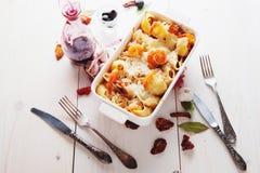 Gebackene Conchiglioni-Teigwaren mit srimps, Käse und Sahnesauce Stockbilder