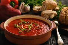 Gebackene Cremesuppe des roten Pfeffers mit Knoblauch und timian Stockfoto