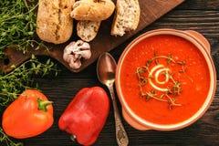 Gebackene Cremesuppe des roten Pfeffers mit Knoblauch und timian Stockbilder