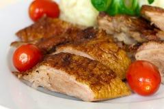Gebackene Ente-Scheiben mit Mehlklößen, Kirschtomaten, G Stockfoto
