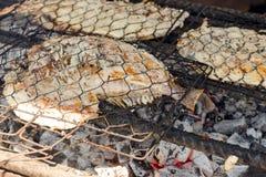 Gebackene Fische auf dem Grill, Fische auf Feuer Kochen von BBQ-Meeresfr?chten auf Feuer stockfotografie