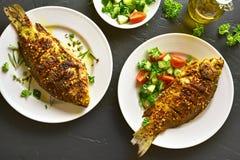 Gebackene Fische auf Platte stockfotografie