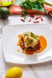 Gebackene Fische in Baskisch, in der Avocado und in der Zitrone Französische Küche stockfoto