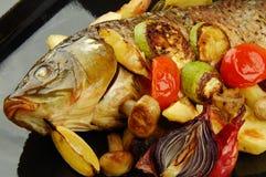 Gebackene Fische mit Gemüse Lizenzfreie Stockfotos