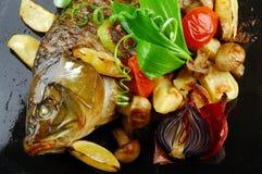 Gebackene Fische mit Gemüse Lizenzfreies Stockbild