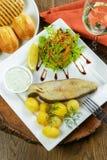 Gebackene Fische mit Kartoffeln Stockfotografie