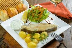 Gebackene Fische mit Kartoffeln Lizenzfreies Stockfoto