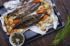 Gebackene Fische und Gemüse Stockfotos
