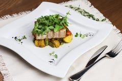 Gebackene Fischfilets mit Kartoffeln und grünen Bohnen Stockfoto