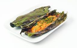 Gebackene Fischfrikadelle in der siamesischen Nahrung des Kokosnussblattes Lizenzfreie Stockbilder