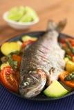 Gebackene Forelle mit Gemüse Lizenzfreies Stockfoto