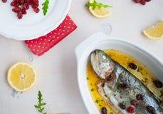Gebackene Forellenfische mit Kirschen, Zitrone und Salat schnellen hoch Lizenzfreie Stockbilder