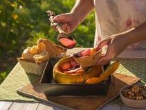 Gebackene Frucht und Beeren in einem Kürbis stockfotografie