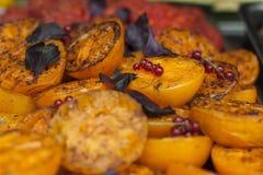 Gebackene gelbe Tomaten mit Basilikumblättern Lizenzfreies Stockbild