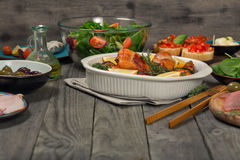 Gebackene Hühnerbeine mit Vielzahllebensmittel und leerem Platz Lizenzfreie Stockfotos