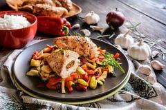 Gebackene Hühnerbrust angefüllt mit Käse, Tomate und Basilikum mit Reis und gedämpftem Gemüsesalat lizenzfreies stockfoto