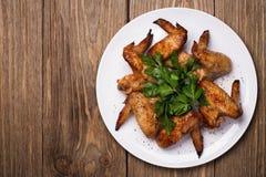 Gebackene Hühnerflügel im Ofen Stockfotos