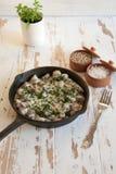 Gebackene Hühnerherzen mit Pilz in einer Sahnesauce Stockfoto