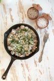 Gebackene Hühnerherzen mit Pilz in einer Sahnesauce Lizenzfreie Stockfotos