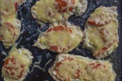 Gebackene Hühnerleiste mit Tomaten und Käse Stockfotografie