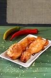 Gebackene Hühnerschenkel mit Gewürzen Lizenzfreie Stockfotos