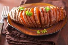 Gebackene hasselback Kartoffel Lizenzfreie Stockbilder